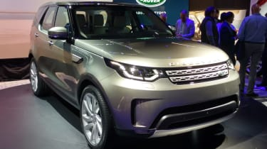 Land Rover Discovery 2017 - reveal front quarter