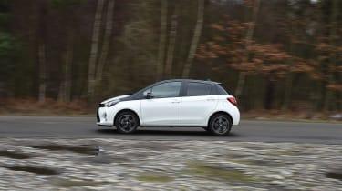Toyota Yaris Design Bi-Tone 2016 - side tracking