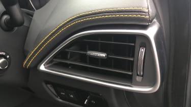 Jaguar XE 300 Sport - vent