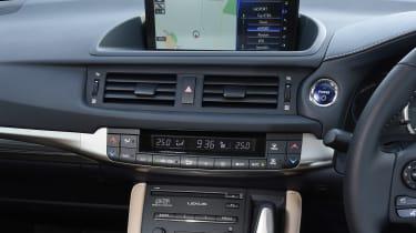 Lexus CT 200h - centre console