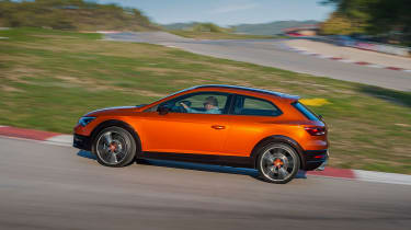 SEAT Leon Cross Sport - driving