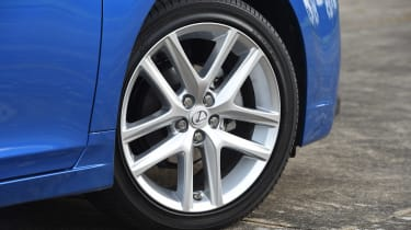 Lexus CT 200h - wheel