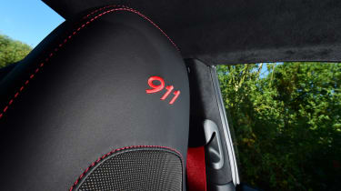 Porsche 911 Carrera T - headrest