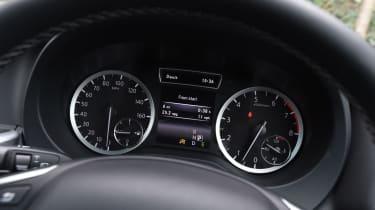 Infiniti Q30 Sport AWD 2016 - dials