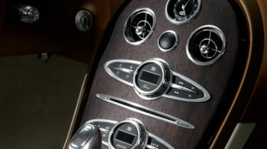 Bugatti-Veyron-Black-Bess-Grand-Sport-Vitesse-centre-console