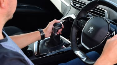 Peugeot 3008 - changing gear