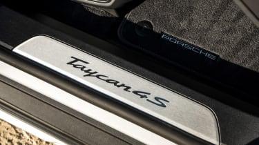 Porsche Taycan 4S Cross Turismo - sill