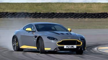 Aston Martin V12 Vantage S 2016 - cornering