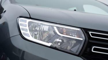 Triple test - Logan MCV Stepway - headlight