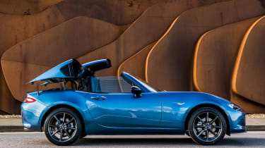 Mazda MX-5 RF Sport Black - roof operating