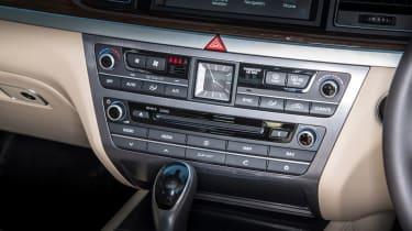 Hyundai Genesis UK 2015 buttons