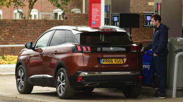 3008 minutes in a Peugeot 3008 - Otis fuelling