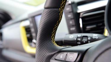 Kia Stonic - steering wheel controls