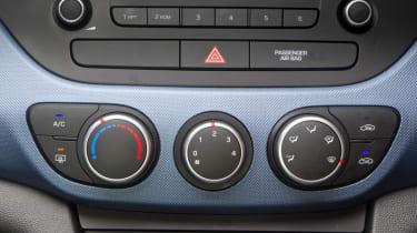 Hyundai i10 1.2 Premium dials