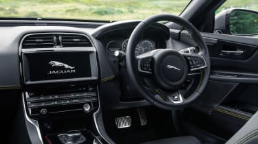 Jaguar XE 300 Sport - dash