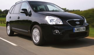 Kia Carens mpv front tracking