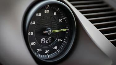 Porsche Cayenne Turbo S E-Hybrid - clock