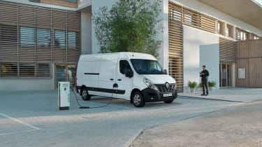 Renault Master Z.E - on charge front 3/4