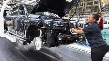 BMW SUVs feature - BMW X7 grille fitting