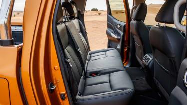 Nissan NP300 Navara pick-up dune - rear seats