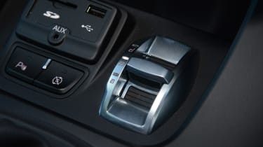 Alfa Romeo Giulietta vs SEAT Leon vs Kia Cee'd - Giulietta DNA switch