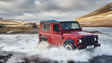 Land Rover Defender Works V8 - off-road