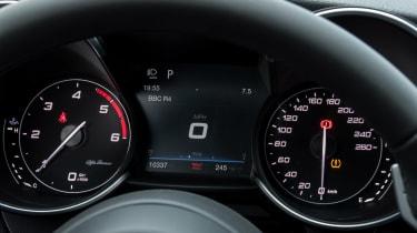 Alfa Romeo Giulia - dials